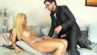 Elegant slut Evita Pozzi offers her curves to a lucky fellow