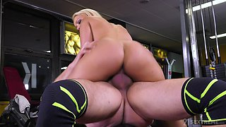 Sporty dick loving babe does some extra training in the gym