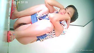 chinese girls go to public toilet.2