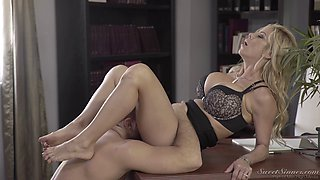 Fortunate hunk wants to feel Alexis Fawx's throbbing cunt