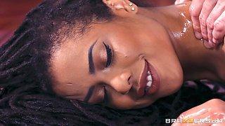 hot ebony kira noir is getting an oil massage