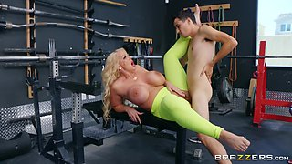 Alura TNT Jenson wants to reach a memorable orgasm at the gym
